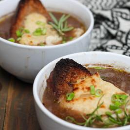 Sopa de Cebolla con Queso de Anacardos vegana
